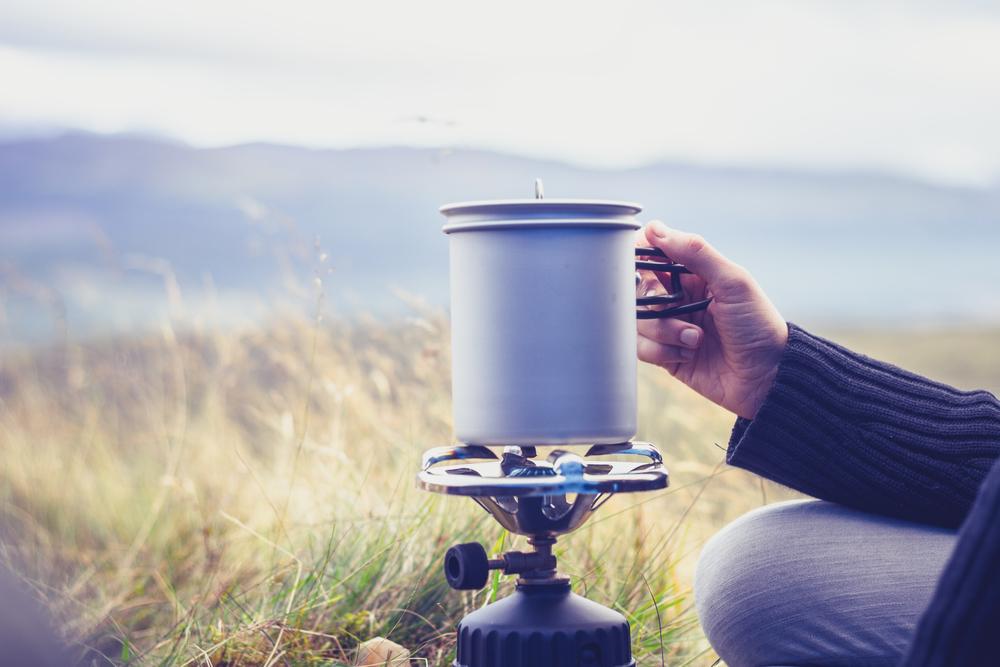 Suppe wird im Campingkocher erhitzt